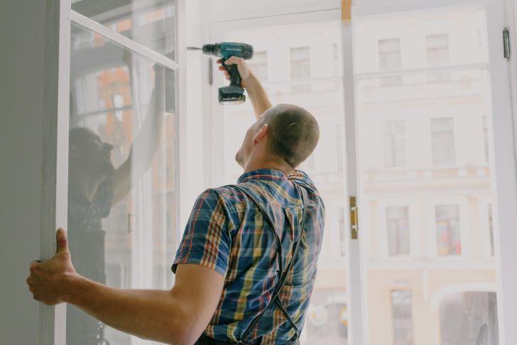 klusjesman die een raam aan het maken is
